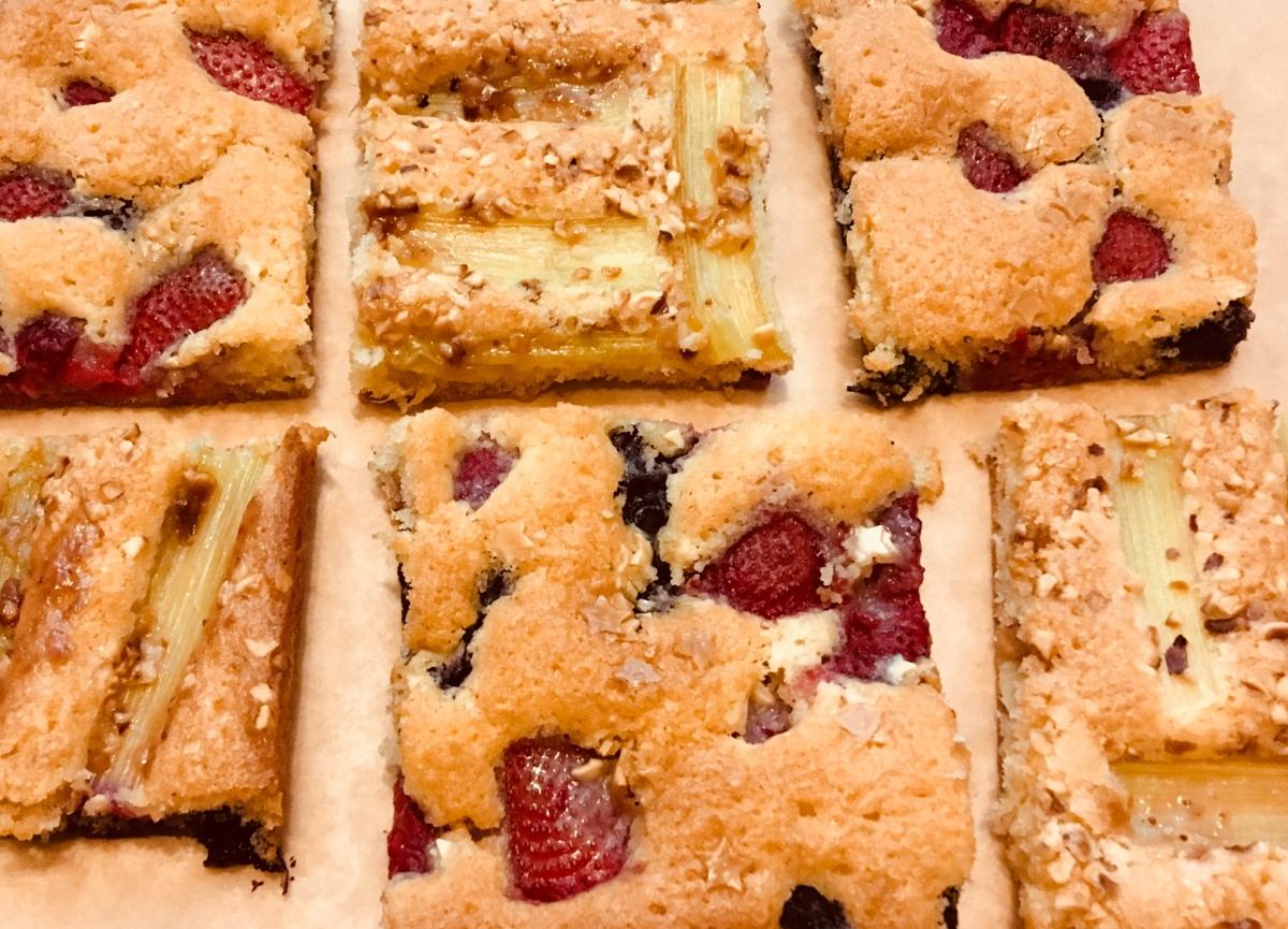 Beeren vs. Rhabarber | schneller Blechkuchen